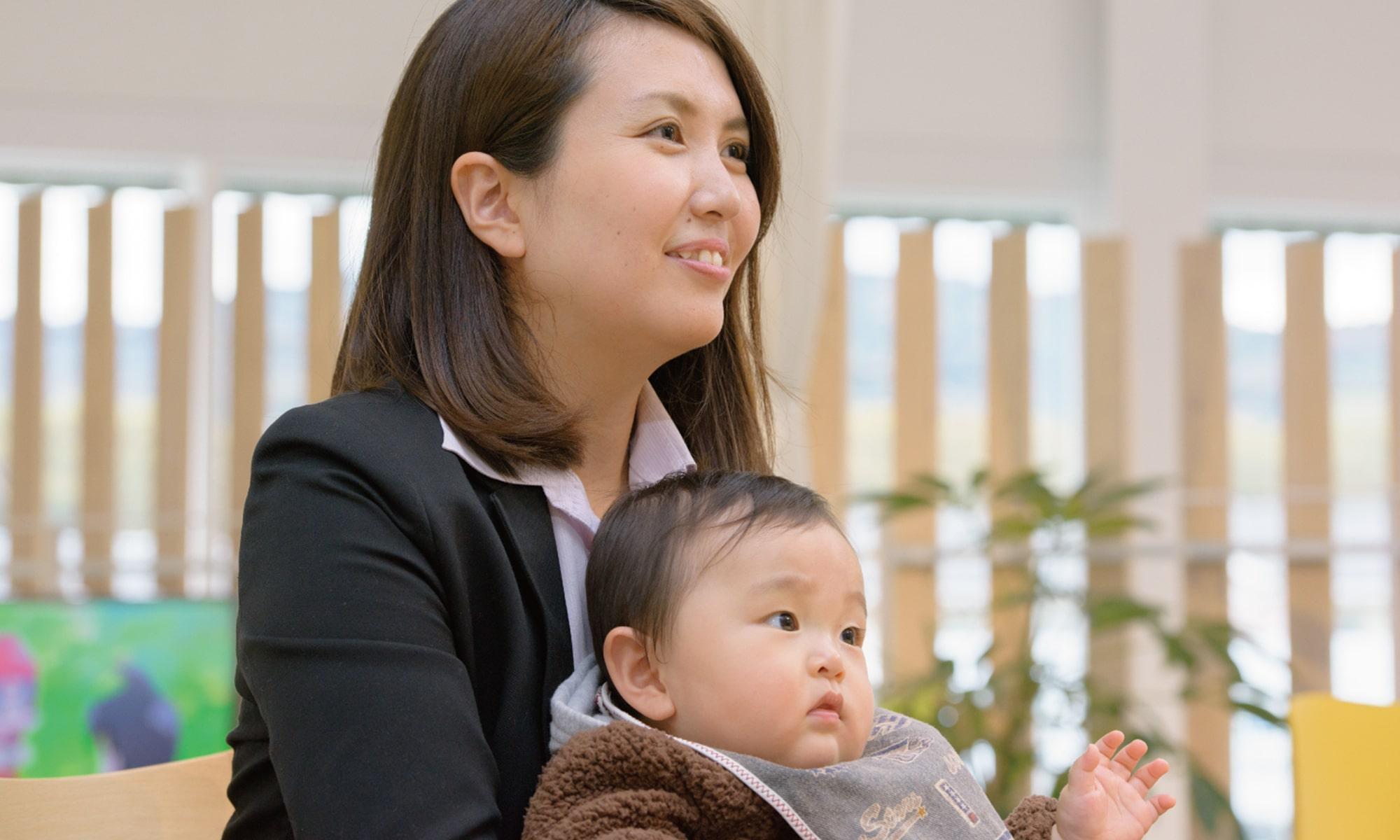 お子さんと一緒にインタビューを受ける中村さん